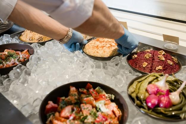 Cuisine d'asie occidentale. sélection de plats fraîchement préparés sur glace. astuces de cuisine de restaurant