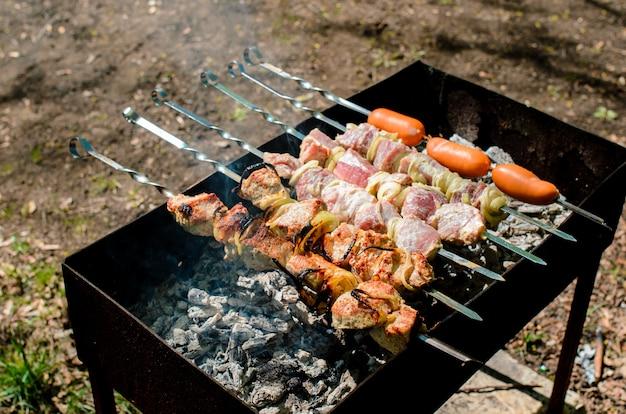 Cuisine barbecue dans la nature.