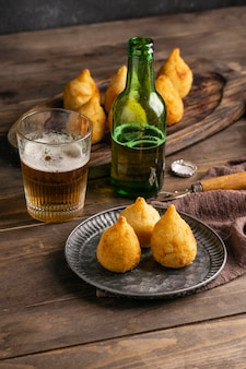 Cuisine brésilienne sur assiette et verre à bière