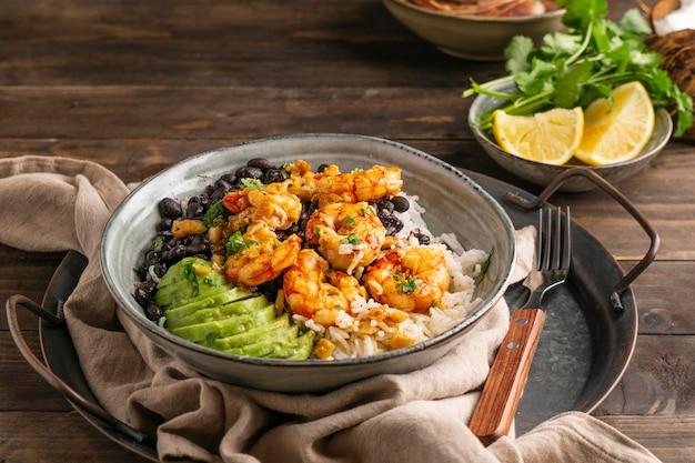 Cuisine brésilienne aux crevettes à angle élevé