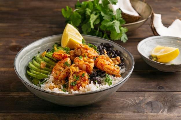 La cuisine brésilienne aux crevettes dans un bol
