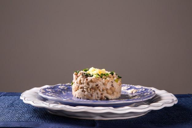 Cuisine brésilienne baiao, haricots avec riz, viande et fromage.