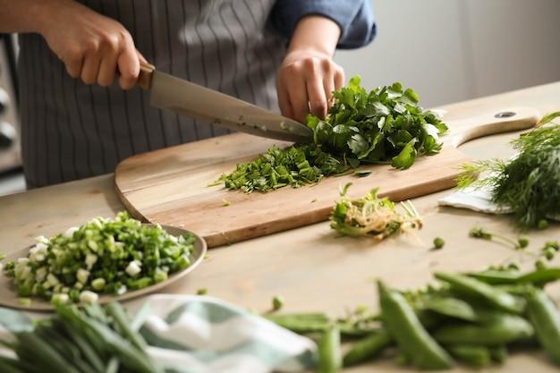 Cuisine. le chef coupe les légumes verts dans la cuisine