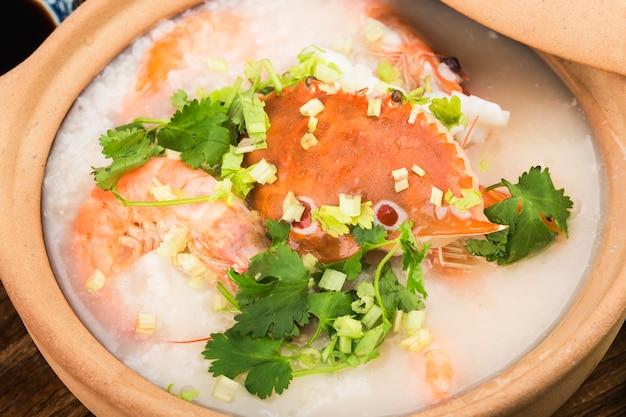 Cuisine chinoise. une casserole de bouillie de fruits de mer chaoshan. bouillie de fruits de mer