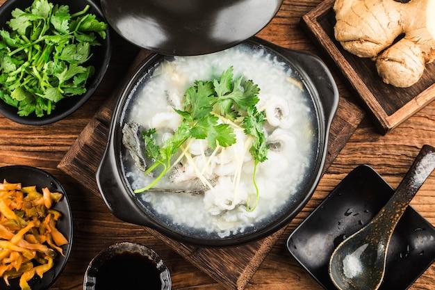 Cuisine chinoise congee avec des tranches de poisson en cocotte