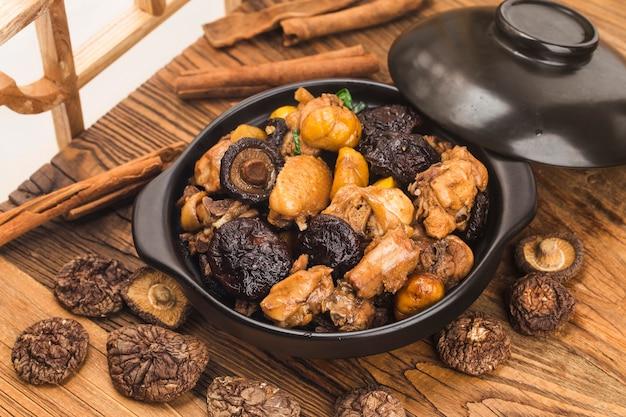 Cuisine chinoise: porc braisé aux châtaignes et aux champignons