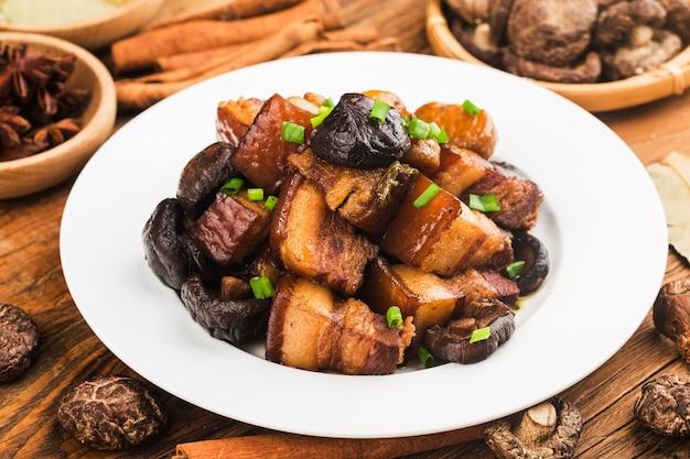 Cuisine Chinoise: Porc Braisé Aux Châtaignes Et Aux Champignons Photo Premium