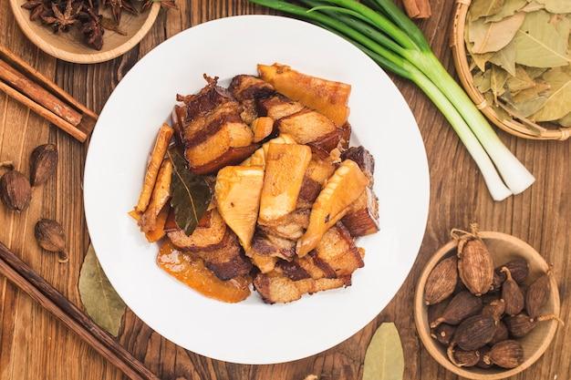 Cuisine Chinoise: Porc Braisé Avec Pousses De Bambou Photo Premium