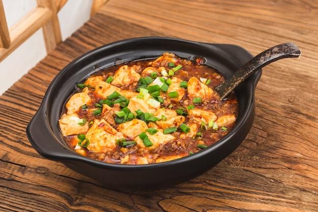 Cuisine chinoise: tofu et haché avec sauce piquante épicée