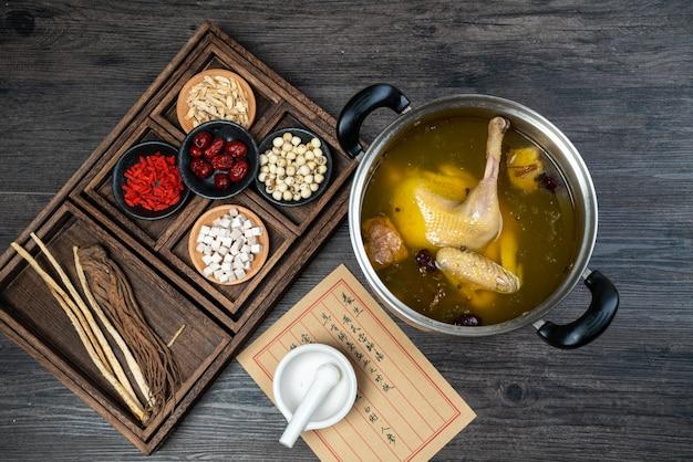 Cuisine chinoise traditionnelle,soupe de poulet à l'étouffée avec des herbes médicinales chinoises.
