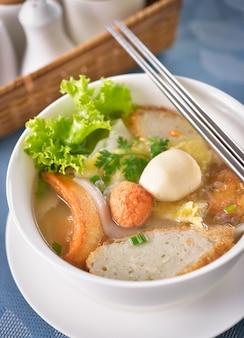 Cuisine chinoise, wonton et nouilles pour boulettes gourmandes traditionnelles.