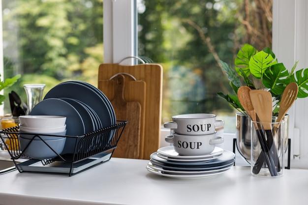 Cuisine classique avec des détails en bois et blancs