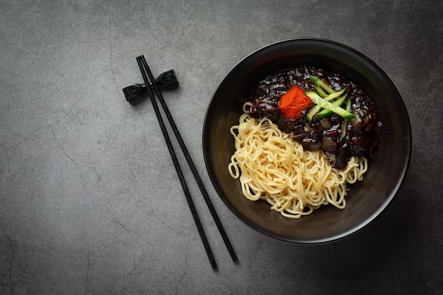 Cuisine coréenne; jajangmyeon ou nouilles avec sauce aux haricots noirs fermentés