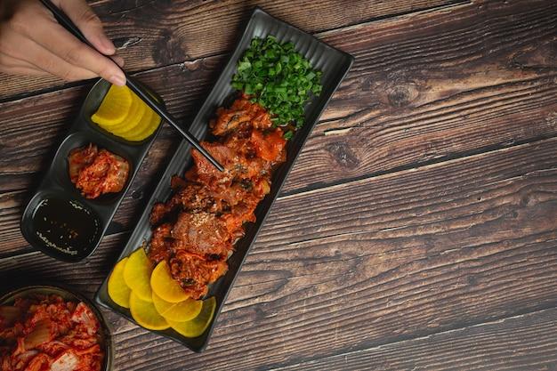 Cuisine coréenne; jeyuk bokkeum ou porc frit à la sauce coréenne