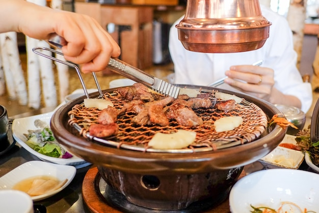 Cuisine coréenne - main famille barbecue barbecue de porc