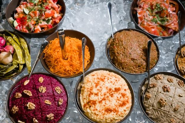 Cuisine du caucase. assortiment de plats fraîchement cuisinés sur glace. astuces de cuisine de restaurant