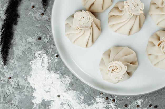 Cuisine du caucase - khinkali avec de la viande sur une assiette blanche