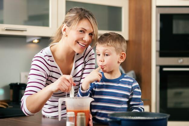 Cuisine en famille dégustant la sauce
