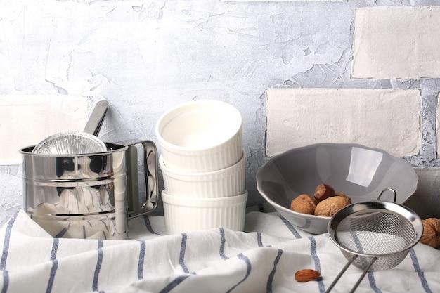 Cuisine fond clair maçonnerie blanc ustensiles de cuisine