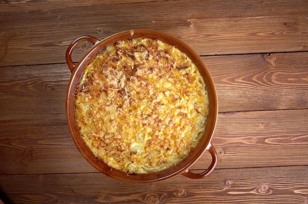 Cuisine française. casserole avec courgettes et fromage
