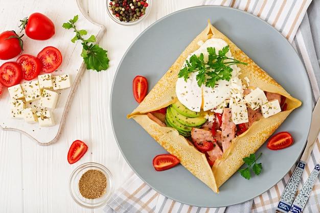 Cuisine française. petit déjeuner, déjeuner, collations. crêpes aux œufs pochés