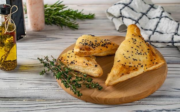 Cuisine géorgienne traditionnelle khachapuri avec viande et fromage