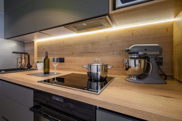 Cuisine gris foncé de luxe moderne