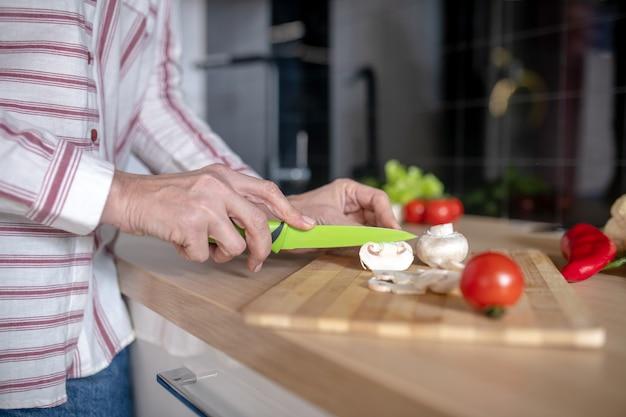 Cuisine. gros plan photo de femme coupe des légumes dans la cuisine