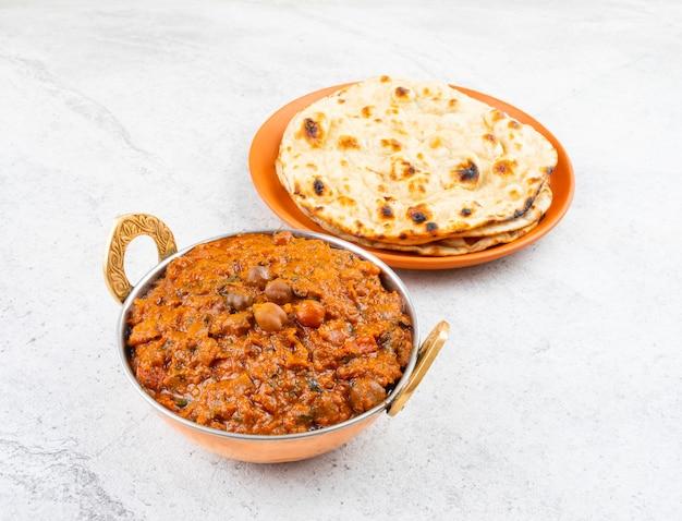 Cuisine indienne chana masala servie avec roti tandoori