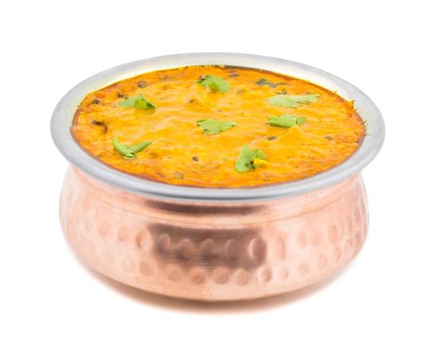 Cuisine indienne dal makhani sur fond blanc