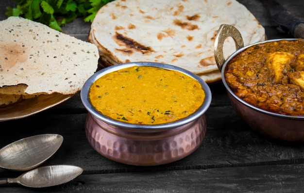Cuisine indienne dal makhani sur fond en bois
