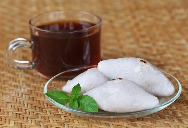 Cuisine indienne faite à la main de farine de riz avec une tasse de thé sur un tapis texturé