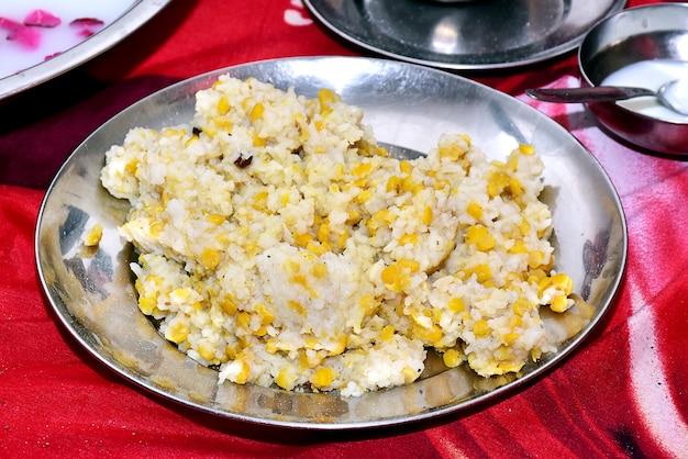 Cuisine indienne : khichdi avec du riz et des haricots mungo sur un gros plan de plaque. horizontal