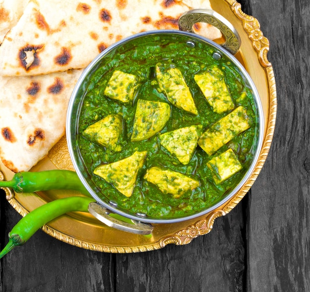 Cuisine indienne saine palak paneer servi avec tandoori roti