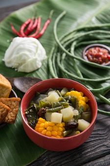 Cuisine indonésienne avec sayur asam