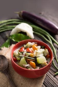 Cuisine indonésienne sayur lodeh servie avec lait de coco et légumes