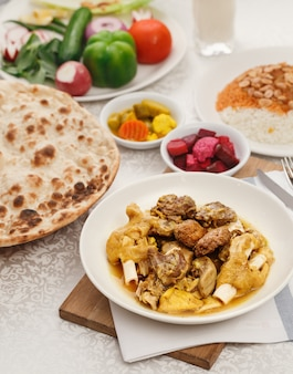 Cuisine irakienne authentique. plats traditionnels pour un dîner en famille arabe.