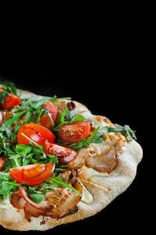 Cuisine italienne gastronomique pinsa romana sur fond noir. scrocchiarella. pinsa avec viande, roquette, tomates, fromage.