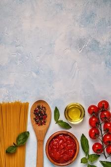 Cuisine italienne avec pâtes, épices et légumes