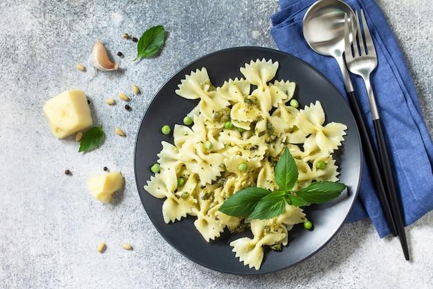 Cuisine italienne saine pâtes aux pois verts et sauce pesto vue de dessus espace de copie