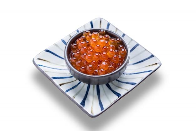 Cuisine japonaise ikura, sujiko, repas de dîner de sushi salmonkun isolé sur fond blanc