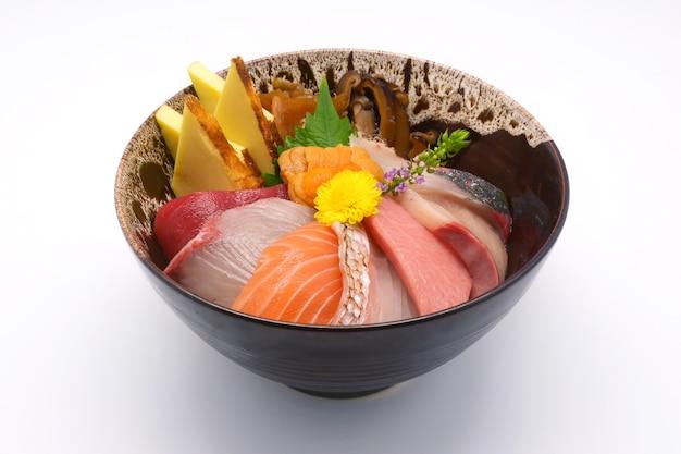 Cuisine japonaise poisson cru mélange sashimi (maguro, otoro, saumon, mer