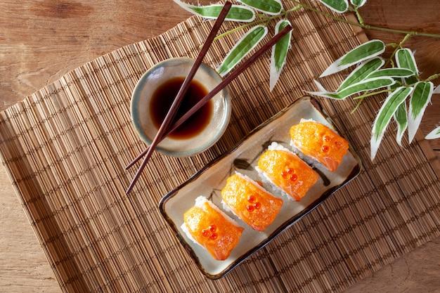 Cuisine japonaise avec rouleau de sushi au saumon