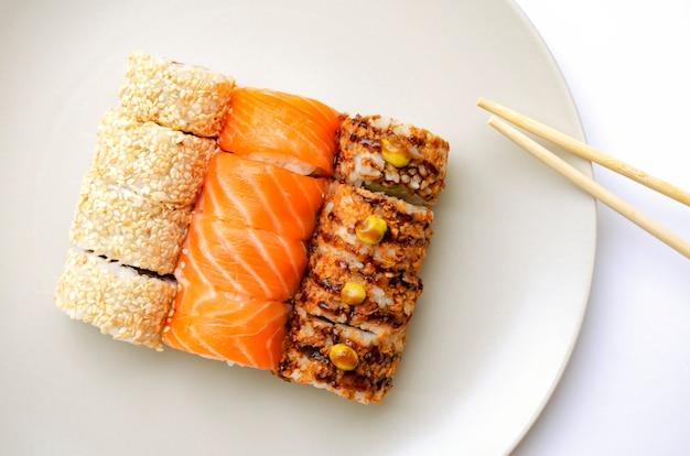 Cuisine japonaise. rouleaux sur une plaque. crême philadelphia.
