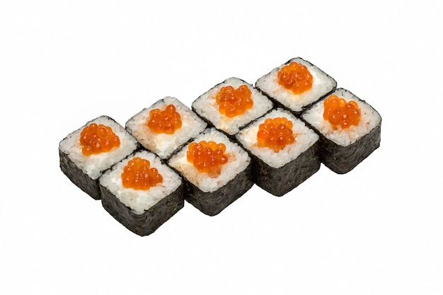 Cuisine japonaise, rouleaux de sushi sur fond blanc isolé, gros plan.