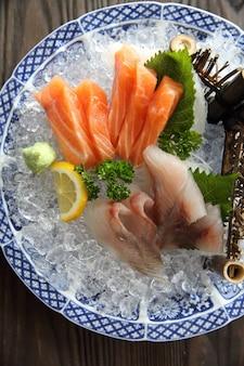 Cuisine japonaise de sashimi de saumon et de vivaneau rouge