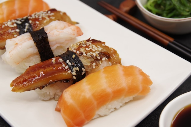 Cuisine japonaise saumon nigiri unagi nigiri crevettes nigiri bâtonnets de sushi en bois