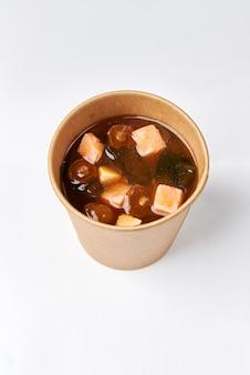Cuisine japonaise - soupe miso aux algues, champignons et tofu et saumon