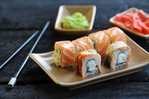 Cuisine japonaise-sushi au saumon avec wasabi et gingembre