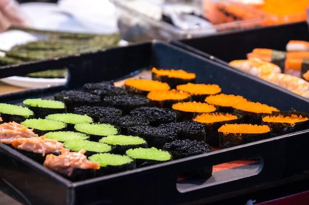 Cuisine japonaise sushi en boite plastique sur table japonaise. cuisine japonaise de style original.